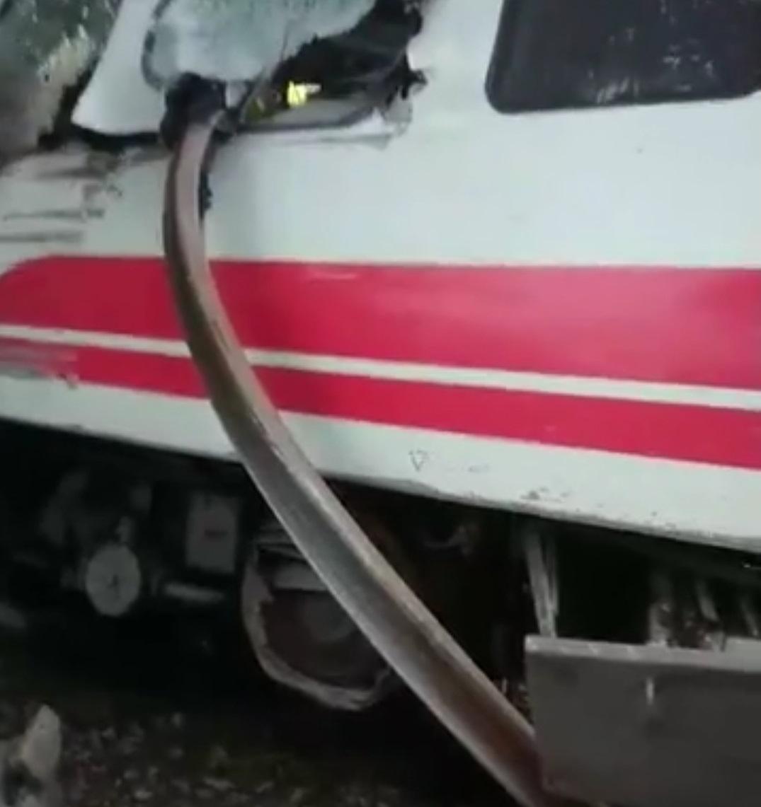 普悠瑪列車行經宜蘭蘇澳新馬車站時發生翻覆意外,還有鐵軌直插入車廂。(翻攝吳淑貞臉書)