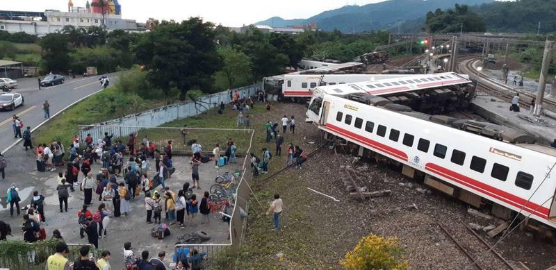 台鐵21日下午發生普悠瑪號嚴重翻覆事故。(翻攝畫面)