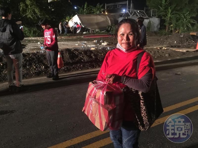 婦人帶著大捆金紙回到現場,希望能撫慰亡者,也為傷者祈福。