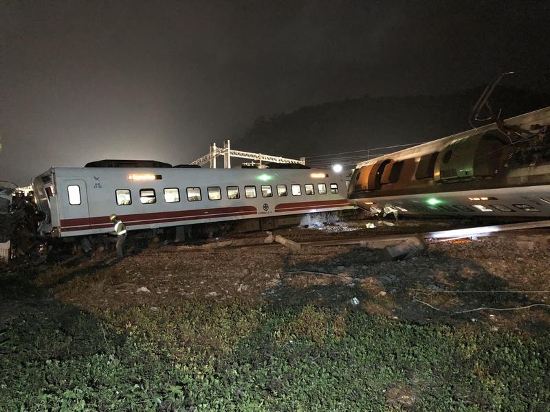 根據生還者描述,意外發生當下,所有乘客為了逃命而不斷往外擠。(台鐵提供)