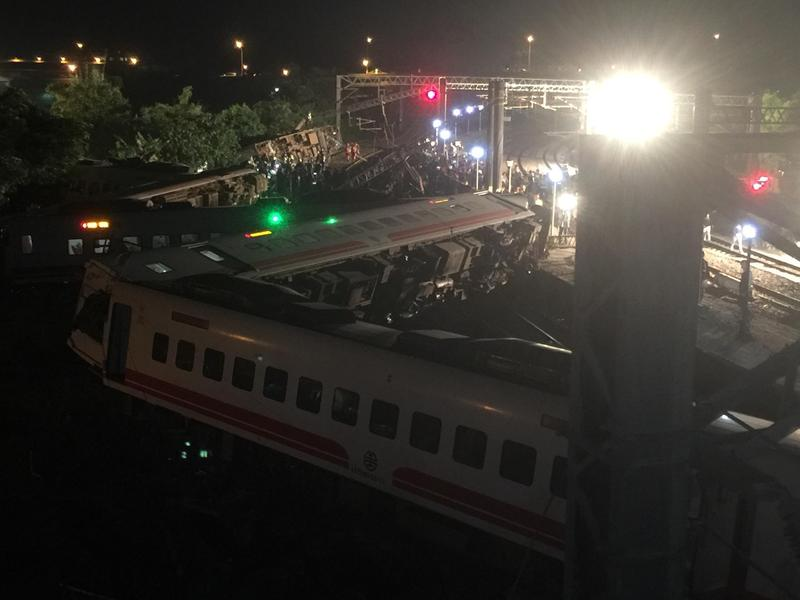 一名受傷乘客表示,列車曾走走停停,還一度廣播「引擎故障」,之後又繼續行駛,結果沒想到發生意外。(翻攝畫面)