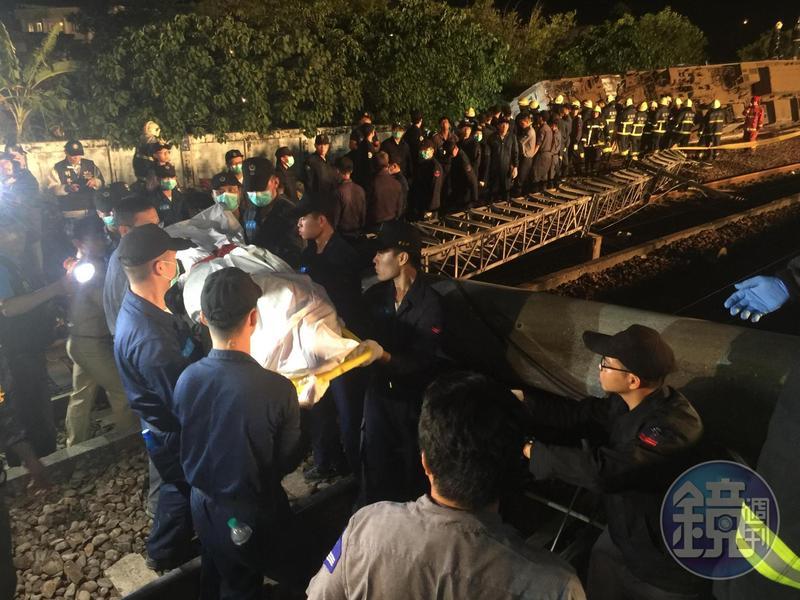 普悠瑪輀車今(21日)傍晚在宜蘭蘇澳新馬車站翻覆,已知18人死亡162人受傷。圖為救難人員協助移送罹難者。