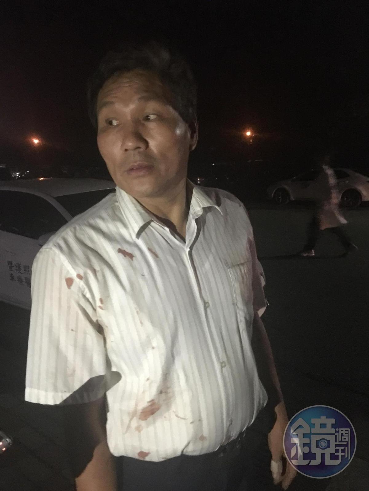 乘客死裡逃生,身上的白襯衫還血跡斑斑。