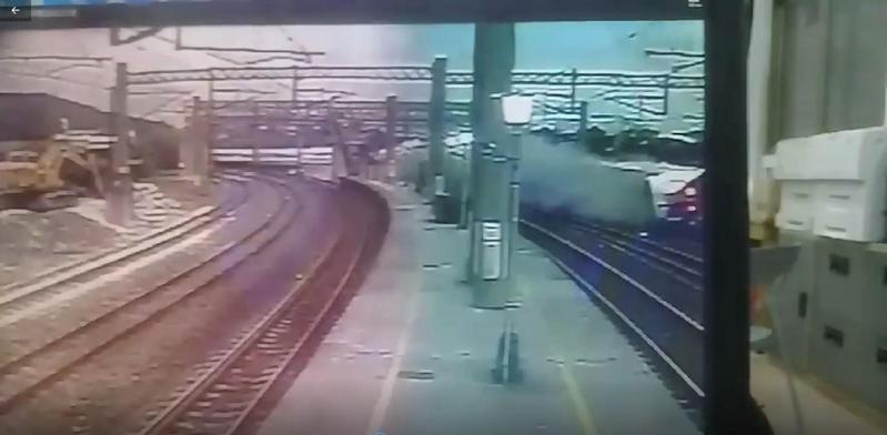 台鐵普悠瑪列出昨在新馬車站翻覆意外,據當時的監視器畫面顯示當時列車行經月台時疑似未轉彎,而衝出鐵軌。(翻攝畫面)