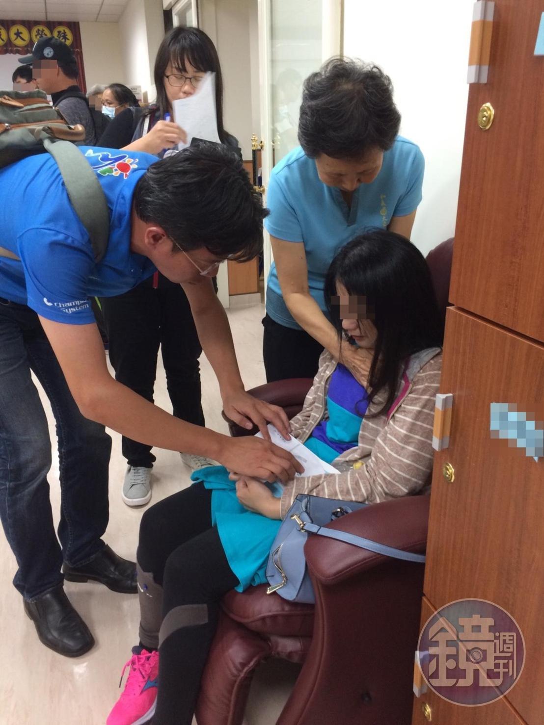 卑南國中不幸罹難學生姜翁曼文的母親悲痛欲絕,無法接受女兒離世。