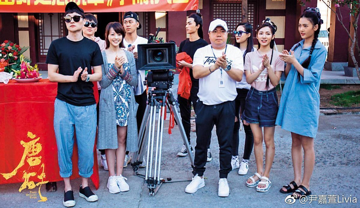 董至成(右四)下半年工作不斷,日前才出席大陸新戲《唐磚》開鏡儀式,與演員合照並接受媒體訪問。(翻攝自尹嘉萱微博)