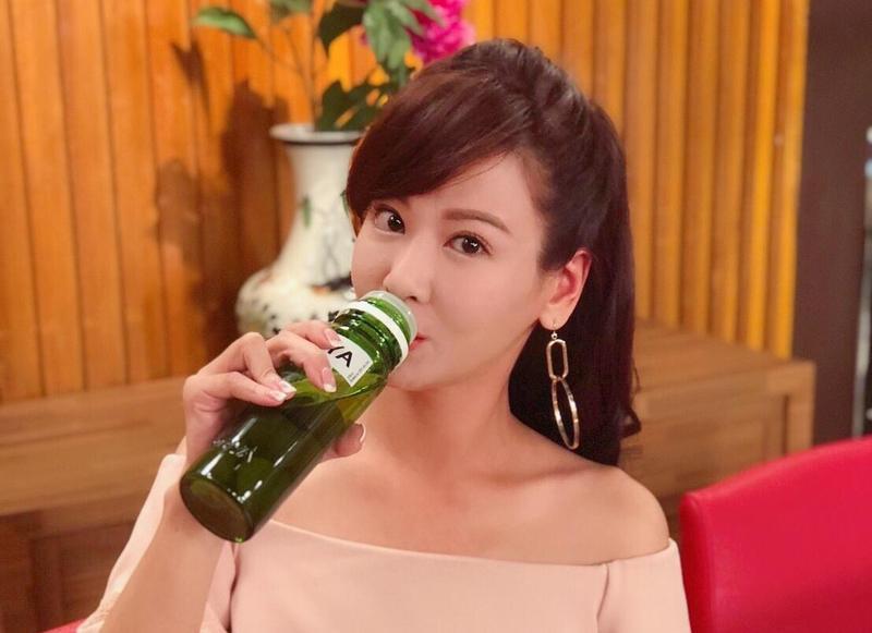 為了詮釋醉茫茫的樣子,酒量很差的邱琦雯硬是灌下半瓶梅酒。(艾迪昇提供)