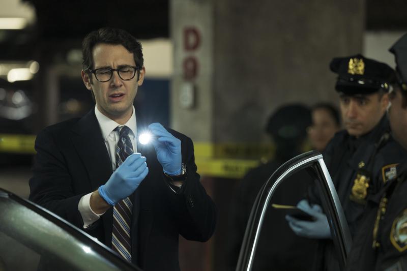 專攻男中(高)音的喬許葛洛班,在《乖警察》剪去一頭招牌卷髮,加上粗框黑眼鏡,充滿宅味十足的柯南。(Netflix提供)