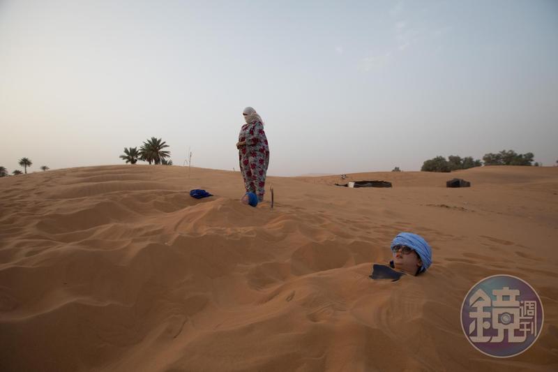 躺在沙漠中沙浴,是人生非常難得的體驗。
