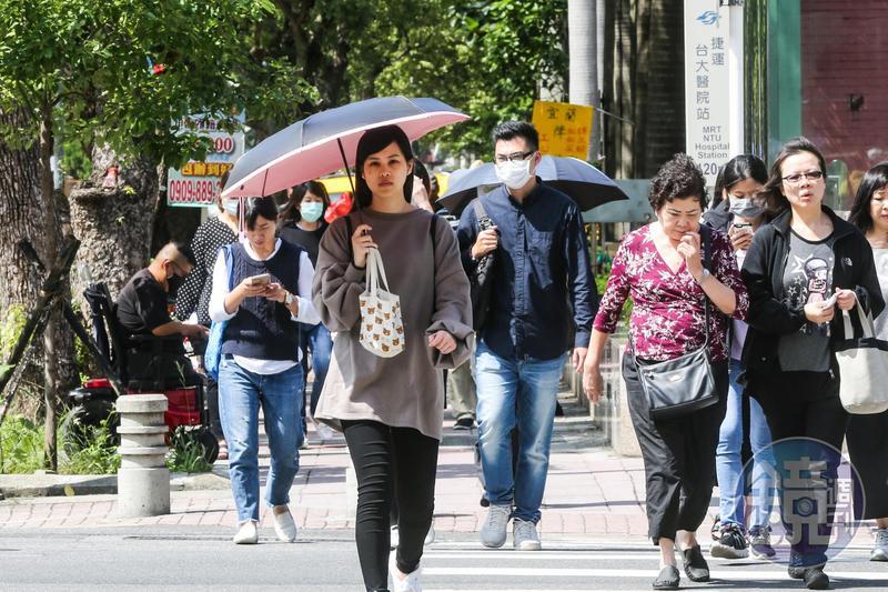 近日氣溫回升,民眾可勤曬冬天衣物為降溫做準備。