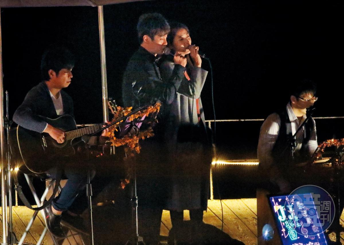 19:56,都曾發過唱片的白家綺(右二)與吳東諺(左二)雖然現在是演員,但愛唱歌的兩人當晚也獻唱一曲。