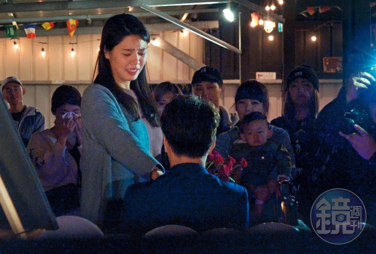 19:19,白家綺(左)祕戀2年半的鮮肉男友吳東諺下跪求婚,讓她驚喜又感動。