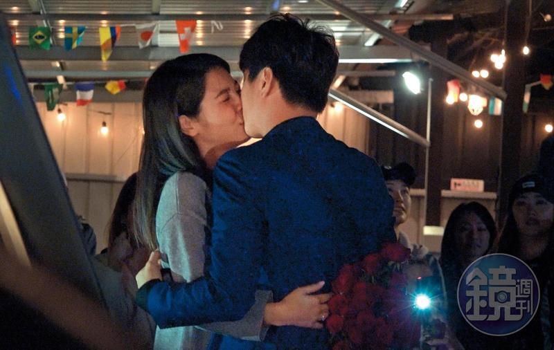 10月20日19:20,在眾親朋好友見證下,白家綺(左)與吳東諺擁吻,決定攜手共度一生。