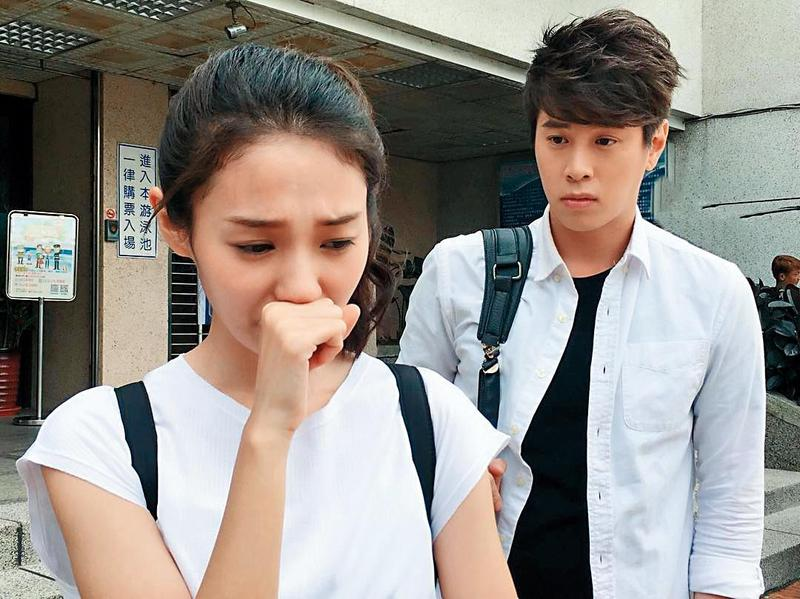 未滿30歲的吳東諺(右)事業還在起步階段,之前拍《我的老師叫小賀》累積了不少人氣,也因這部戲而對白家綺一見鍾情。(民視提供)