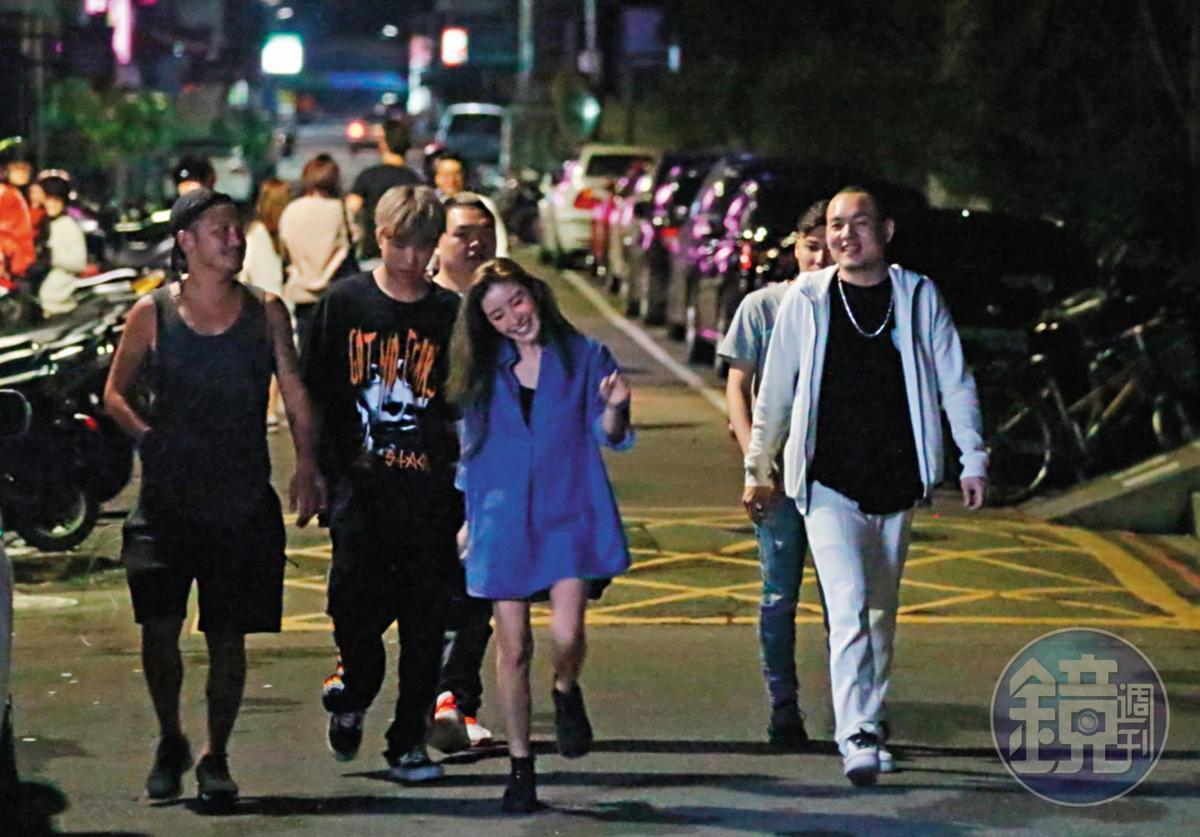 10月10日凌晨2點10分,KID跟許維恩有說有笑走在街頭,又似老夫老妻,看起來已經完成了復合大戲。