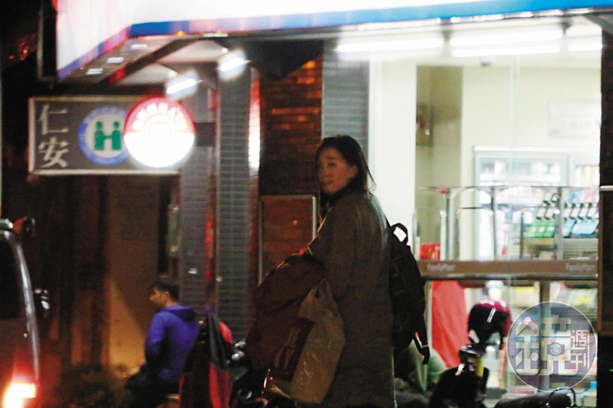 今年3月本刊曾拍到王心恬跟姚元浩鬼祟約會,後又抓包兩人賞雪之旅,但兩人關係「男熱女冷」,感覺頗有內情。