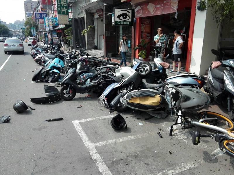 由於衝撞力道猛烈又突然,有一名腳踏車騎士和機車騎士被撞造成1死1重傷。(民眾提供)