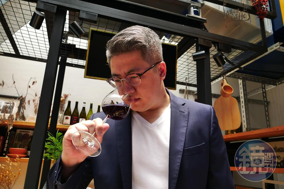 「飲君子」品牌主理人劉源理(Joshua Liu)在布根地大學葡萄酒拿下風土學碩士學位後,曾在布根地、波爾多及隆河等產區的酒莊釀酒。
