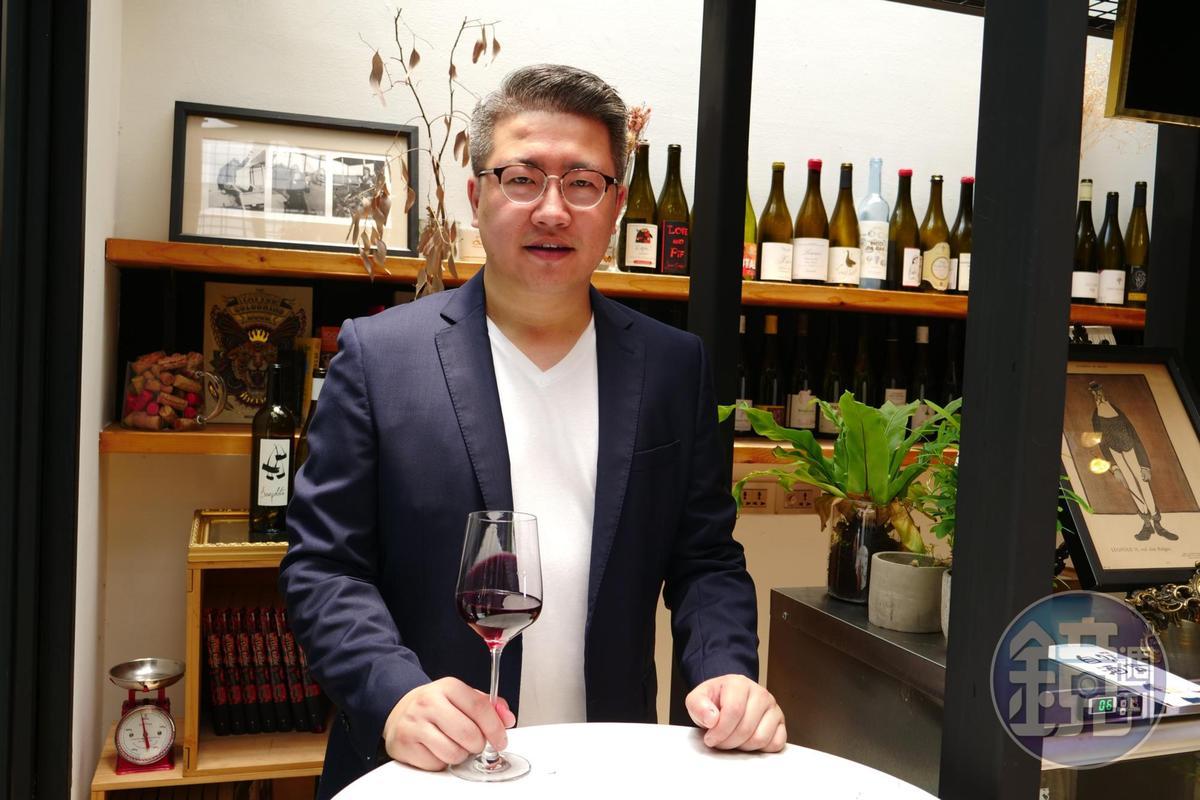 「飲君子」品牌主理人劉源理(Joshua Liu)積極推動品飲自然酒。