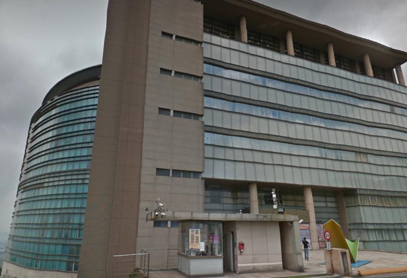 今(24)日一名30歲女子自文化大孝樓3樓陽台墜樓身亡。(翻攝畫面)