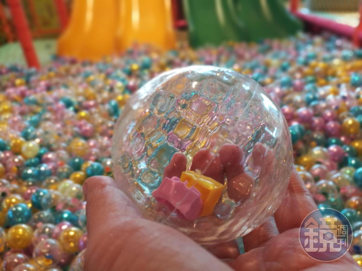 「積木樂游遊球池」裡獨家開發的創意球體,將積木塊置入透明球中。