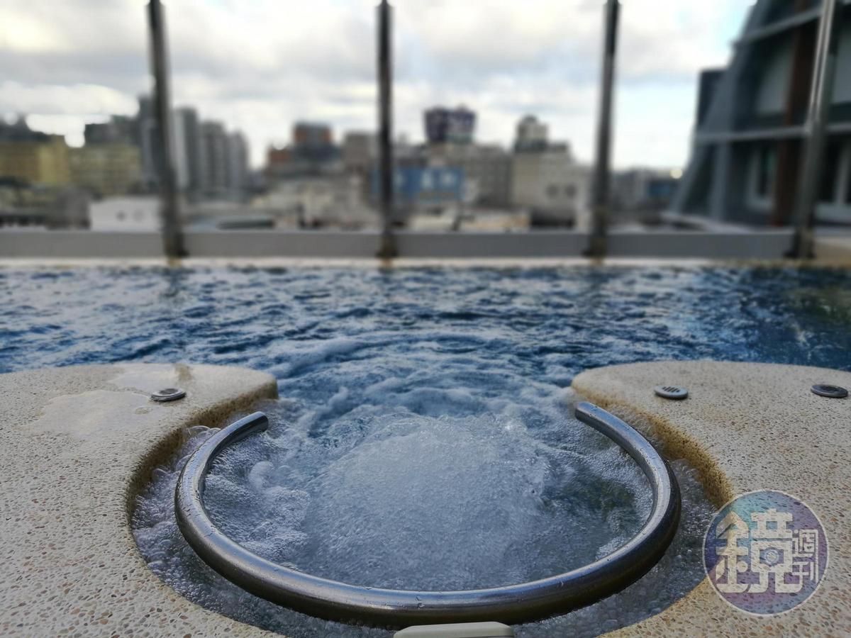 戶外水區規劃有露天無邊際泳池及水療SPA池,自在享受戲水樂趣。