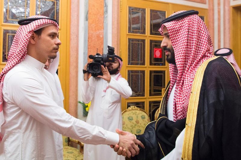 被殘忍殺害記者的長子薩拉(左),被要求和被指為幕後殺人凶手的沙國王子穆罕默德(右)握手。(東方IC)
