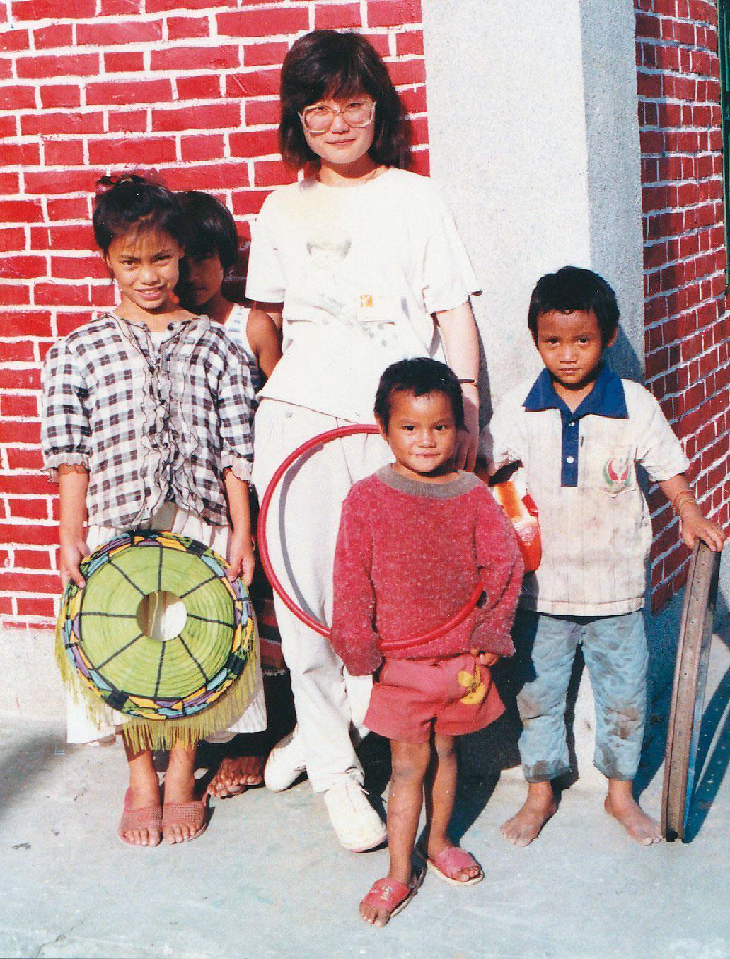 李可珊19歲時到利稻部落辦營隊,圖中4個孩子至今仍有聯絡。(李可珊提供)