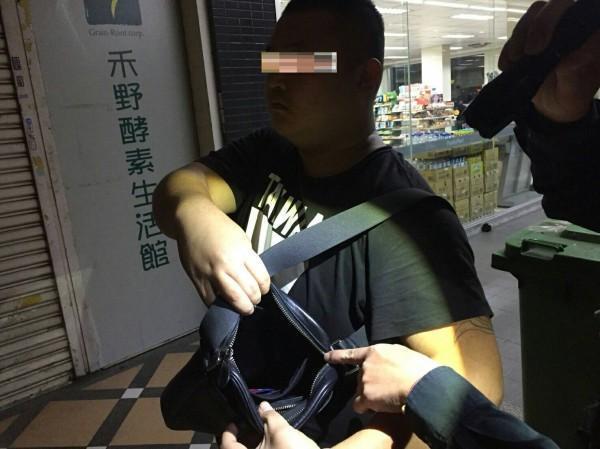 警方攔查楊男請他出示證件。(警方提供)
