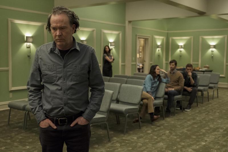 影集《鬼入侵》第6集,劇情從現代時空開始講起,劇中疏離的一家人因近親之死而聚在一起守靈,也讓父親想起20年前的一段往事。(Netflix提供)