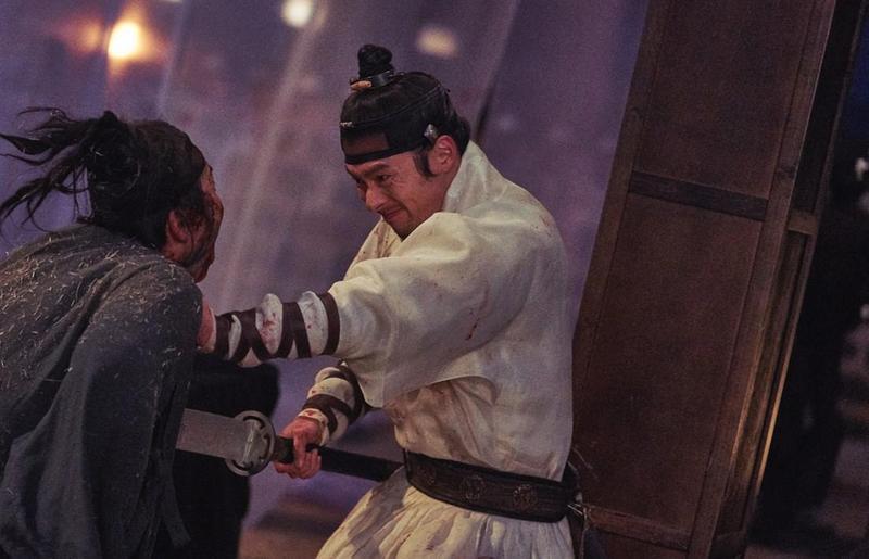 玄彬(右)在《屍落之城》飾演武功高強的王子,與夜鬼大戰。(車庫娛樂提供)