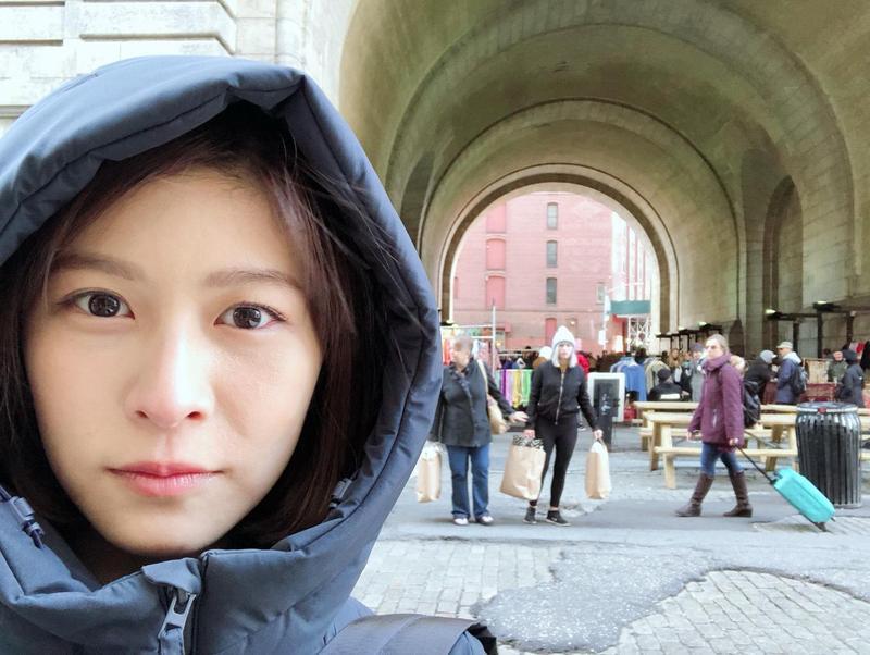 江沂宸玩紐約,在丹波區(Dumbo)附近閒晃一個下午逛二手市場和書店。(公視提供)