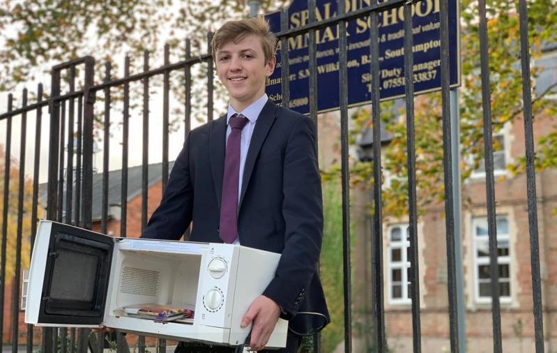 一名17歲的高中生雅各(Jacob Ford)則發起用微波爐、籐籃裝課本去學校,以表達對學校規定的不滿。(翻攝Jack Surfleet推特) 