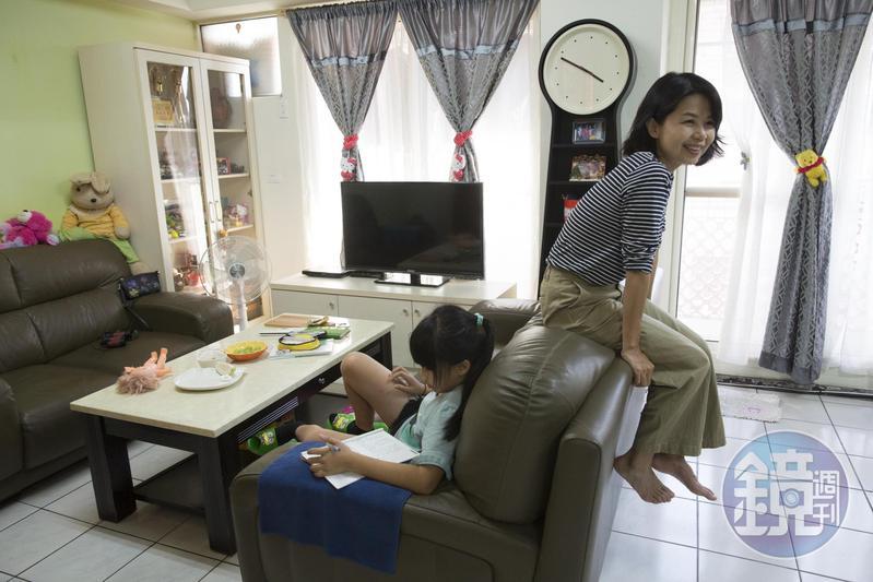 回到媽媽家,陳慧翎(右)顯得很自在,跳上沙發踢起腳來,模樣很可愛。她與妹妹的女兒(左)感情也好,曾一起到日本旅行。