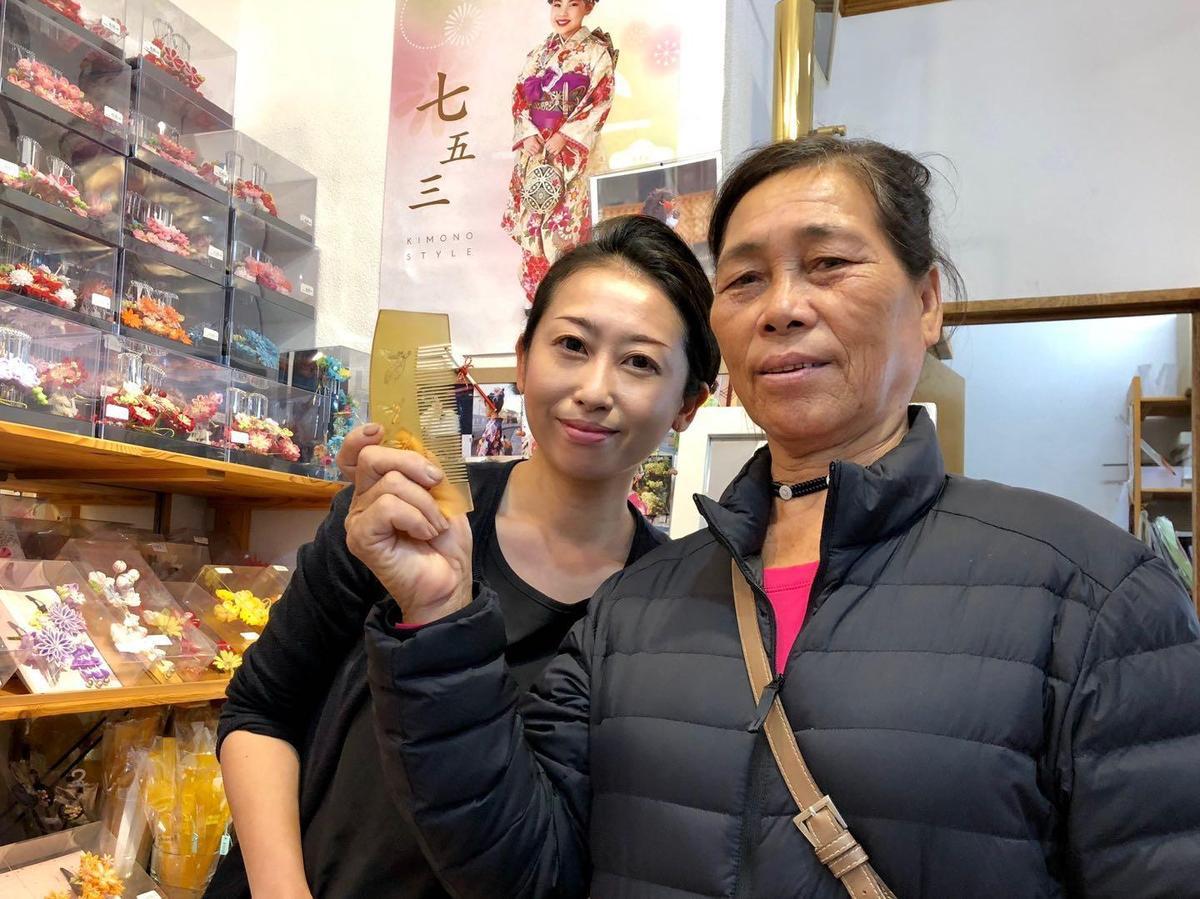 阿嬤李鳳英(右)特別挑選要價台幣2,000多元梳子,送給今天生日的83歲母親。(海鵬提供)