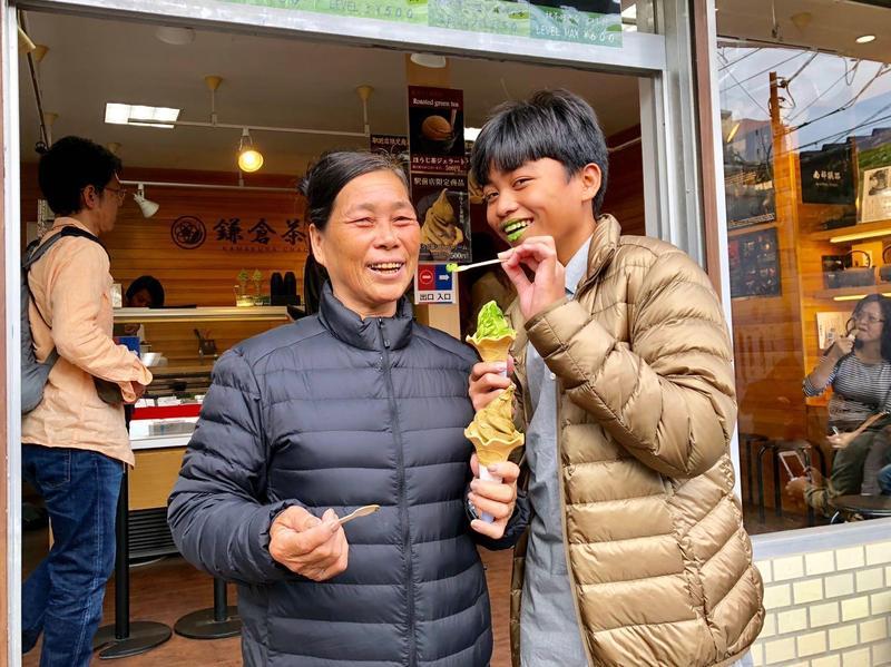 孝順的鍾家駿主動餵李鳳英吃冰,開玩笑說「換我來養阿嬤了!」(海鵬提供)