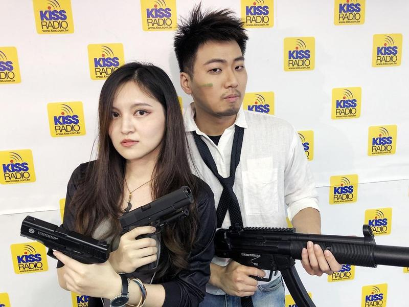 《電競玩得瘋》節目由電競迷「DJ Polar」搭檔電競美少女「DJ Ola」聯手主持。(KISS RADIO提供)