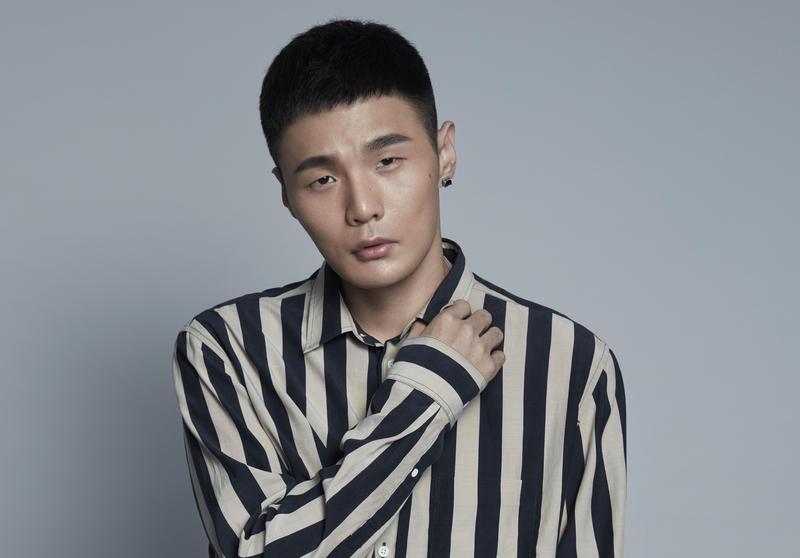 推出新專輯的李榮浩共有5首單曲攻入KKBOX週榜,〈耳朵〉一曲風光拿下冠軍。(華納音樂提供)