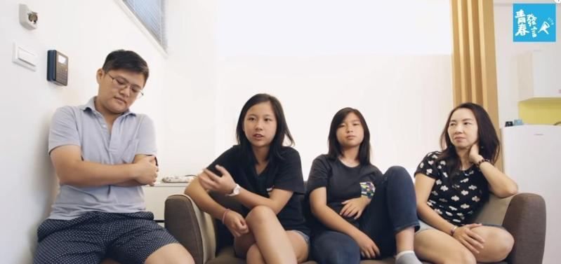 公視兒少節目《青春發言人》訪問女同志家庭中的一對姊妹,妹妹瑩瑩認為,組成家庭最重要的是愛。(翻攝自Youtube)