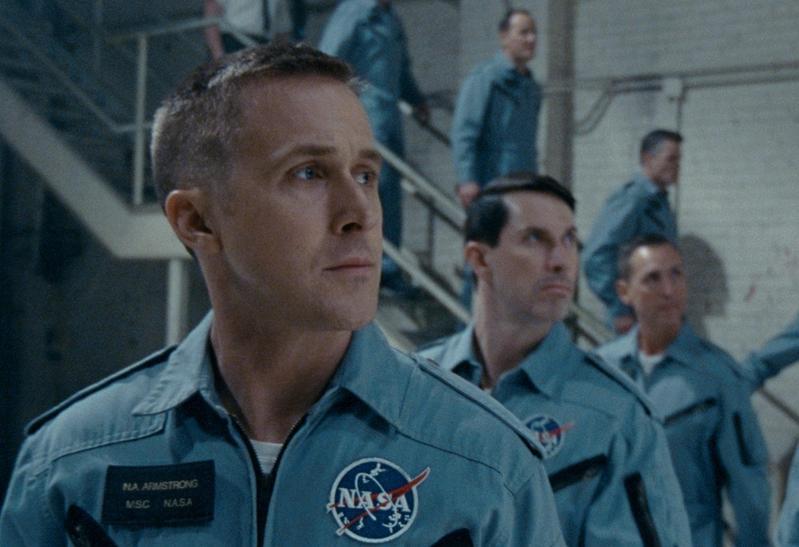 雷恩葛斯林飾演尼爾阿姆斯壯,電影聚焦他登月前8年,經歷家庭、工作上的種種心路歷程。(UIP提供)