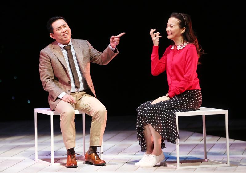 王曉書(右)首次挑戰舞台劇《悲憫次神的兒女》,她和屈中恆每次排練完手腳都痠痛到不行。(果陀劇場提供)