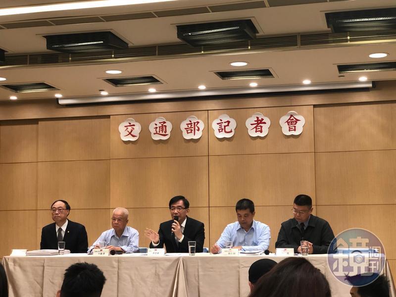 交通部長吳宏謀(左三)宣布,普悠瑪、太魯閣列車30日起改為「雙駕駛」,但遭質疑壓縮司機休息時間。