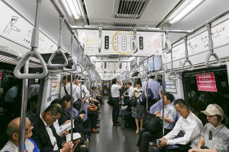 日本出現「空投癡漢」用手機傳送曝露照片,威脅女性乘客安全。圖為電車內示意圖,非當事人。(東方IC)