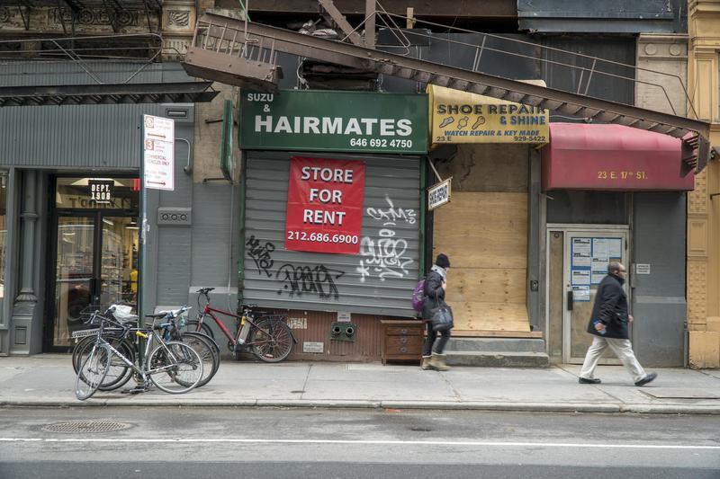 紐約閒置店面鐵門上遭人塗鴉。(東方IC)