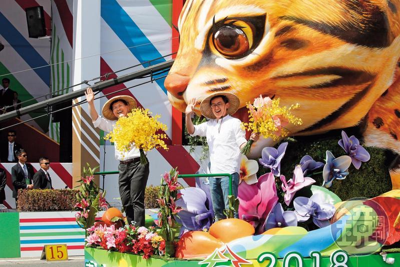 台中市長林佳龍讓台中花博成為首個因保育生態而冠名「世界」的博覽會。圖為林親自登上石虎國慶花車宣傳花博。