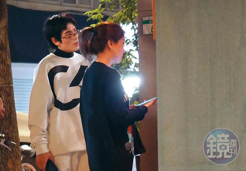 10/23 19:23 蕭敬騰(左)與經紀人Summer前往台北市仁愛路知名壽司店用餐,神情有些疲憊。