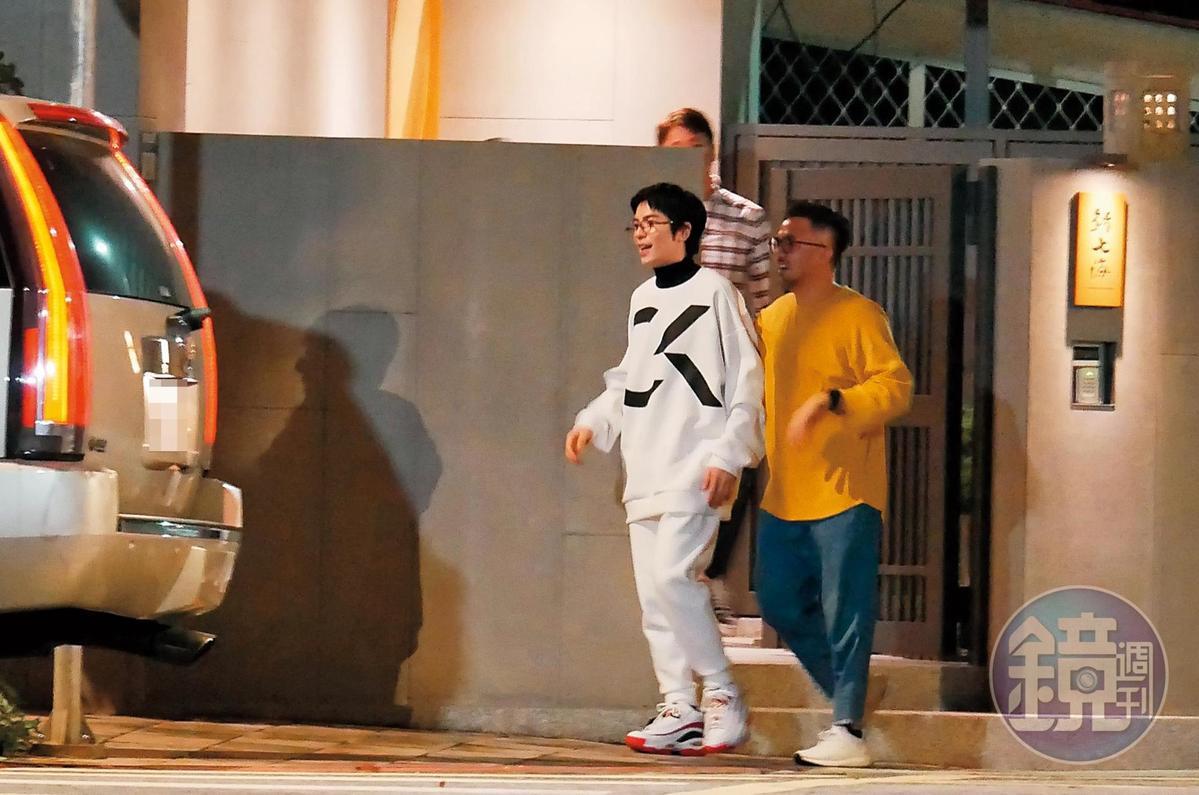 21:23  飽餐一頓後,蕭敬騰(左)面露笑容,離開餐廳準備上車。