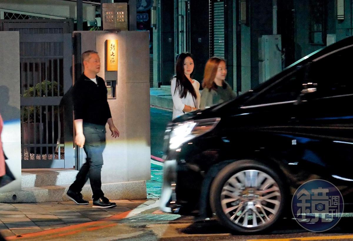 22:04  同為座上賓的廖鎮漢(左起)、孫芸芸夫妻,和楊欣用餐完畢,一起步出餐廳。
