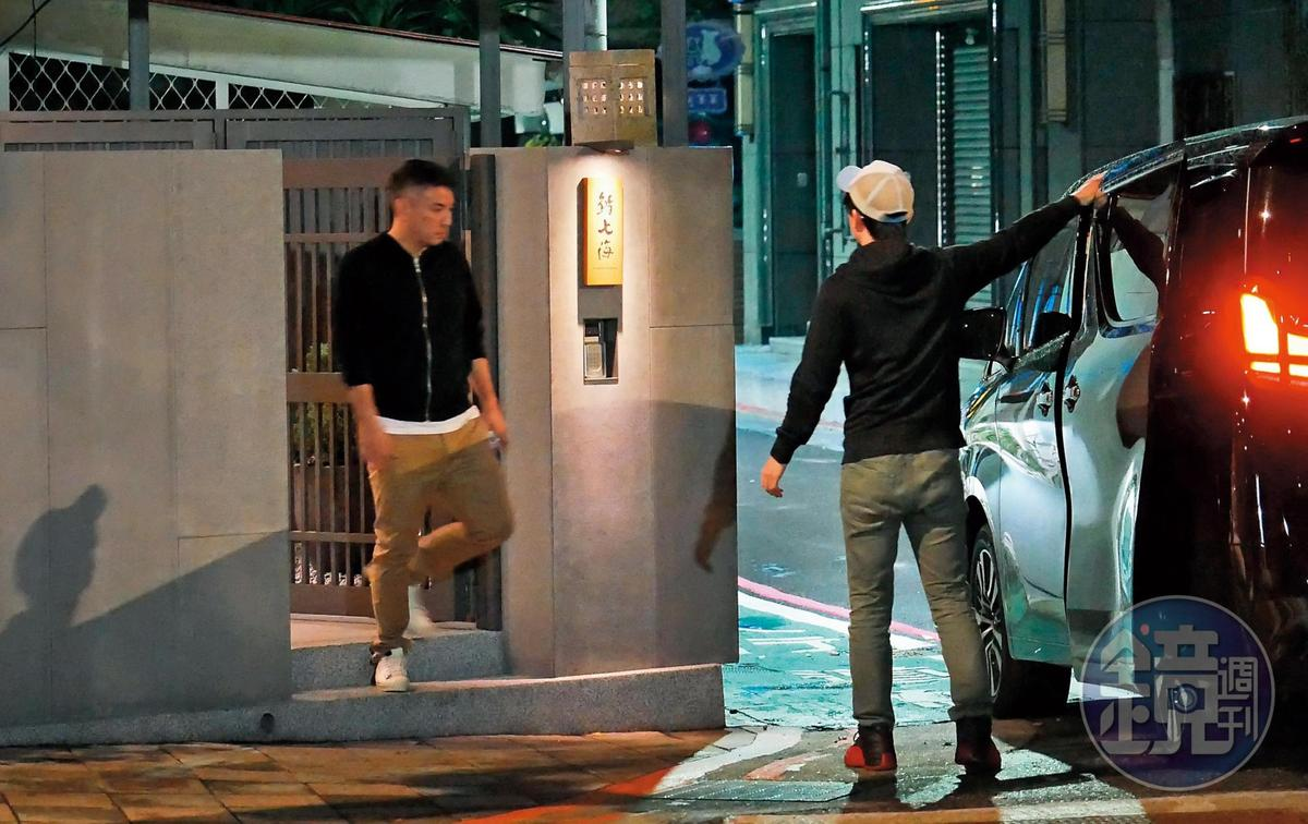 22:06  左手插在口袋裡的詹仁雄(左),略顯疲勞離開餐廳, 上車返家。