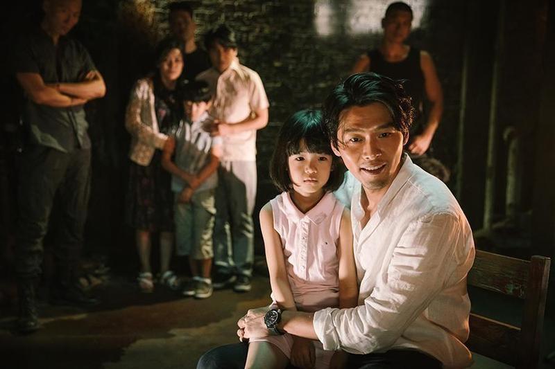 炫彬在《極智對決》中抱著小女孩唱童謠〈大象〉的場面,被網友選為「最具震撼力的經典場景」。(華聯國際提供)
